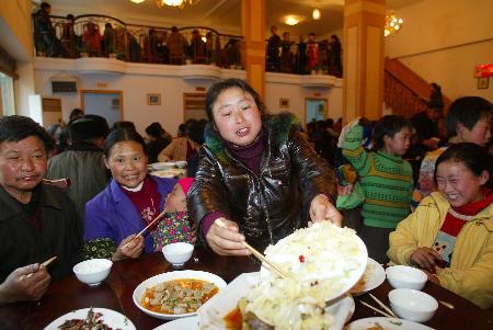 图文:群众在重庆开县的一个安置点吃饭