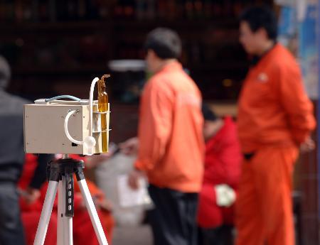 图文:工作人员在事故核心区进行空气质量监测
