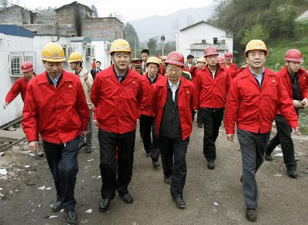 图文:李毅中到达开县部署压井工作