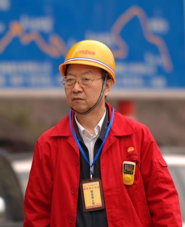 图文:国家安监总局局长李毅中视察事故现场