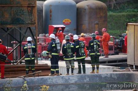图文:消防官兵仍然在现场警戒