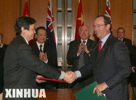 图文:温家宝与霍华德出席双边协议的签字仪式