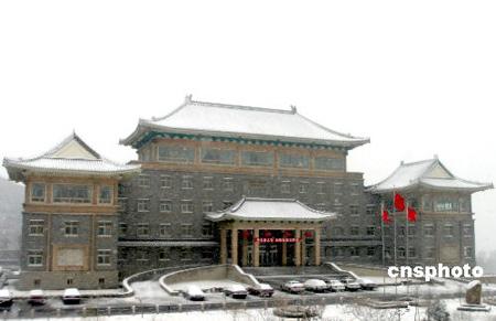 组图:北京八达岭飘下鹅毛大雪房檐堆满积雪