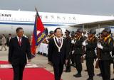 图文:温家宝总理在洪森首相陪同下检阅仪仗队
