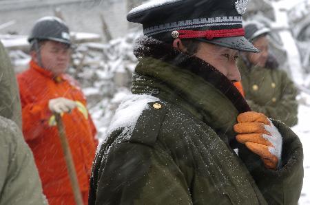 图文:救援人员在风雪中工作