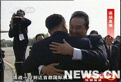 图文:连战与中台办主任陈云林热烈拥抱