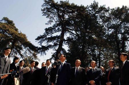 图文:连战在香山碧云寺植树后讲话