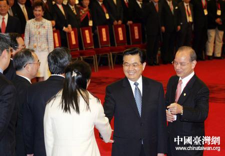 图文:胡锦涛与连惠心亲切握手