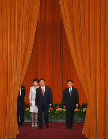 图文:胡锦涛总书记在人民大会堂会见连战一行