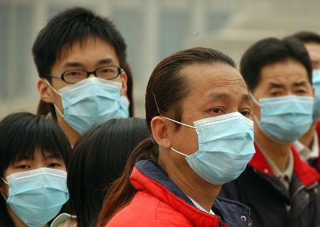 图文:天安门广场游客纷纷戴上口罩