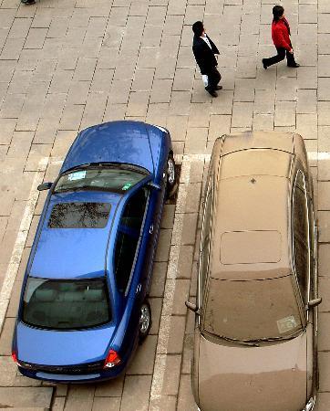 图文:一辆已清洗干净和一辆未清洗的汽车