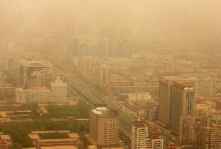 图文:北京西三环路及周边建筑被沙尘笼罩