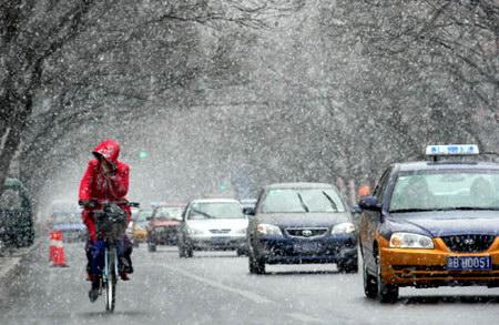 图文:春季的北京在中午十分突然飘起大雪