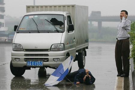 老人/小货车将横穿马路的老人撞到