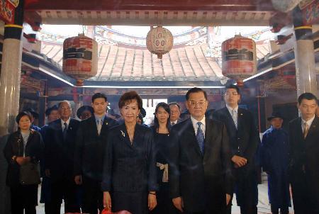 图文:连战和家人在连氏宗祠