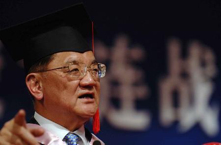 图文:连战在学位授予仪式上发表演讲