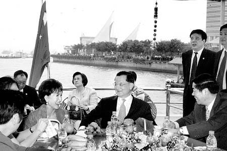 连战遵古礼从始祖墓地取泥土带回台湾(组图)