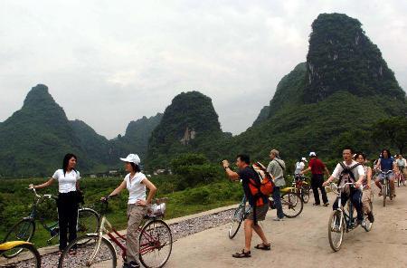 桂林进入黄金周旅游高峰期       5月2日,游人在广西桂林市阳朔县