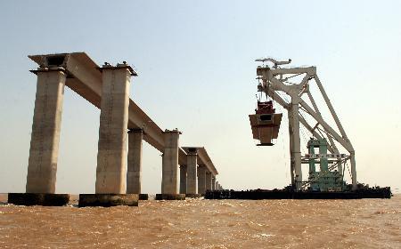 组图:杭州湾跨海大桥主桥桥梁架设完成一半