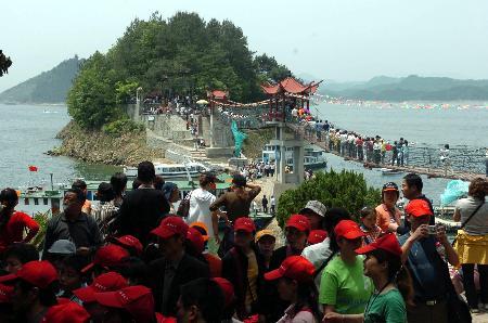 图文:众多游客在千岛湖景区游览观光