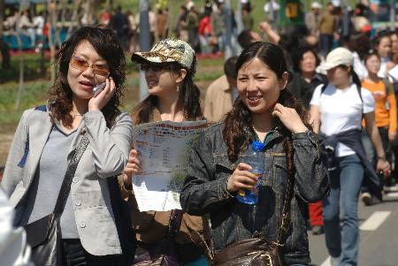 图文:游客在沈阳世界园艺博览会上游览