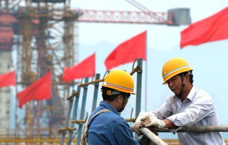 图文:工作人员在安装安全防护栏杆