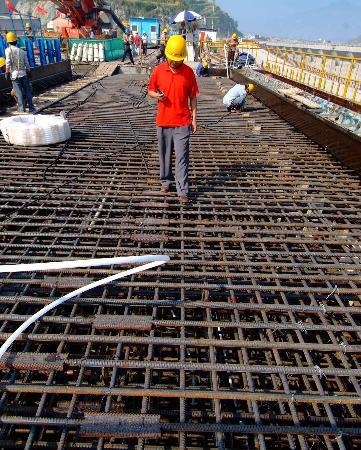 图文:技术人员在2号坝段巡查钢筋网安装情况