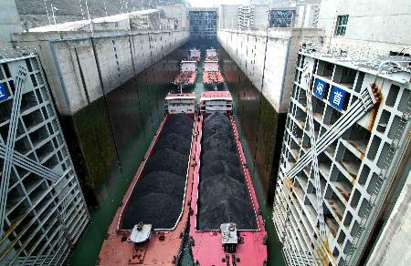 图文:货轮驶出三峡工程双向五级船闸南线4闸室