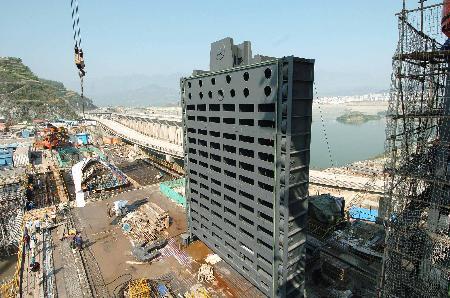 图文:三峡大坝吊装右岸电站机组挡水门