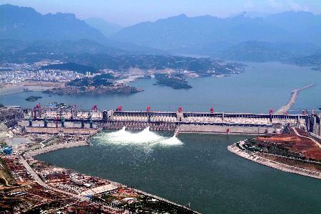 图文:即将建成的三峡大坝远眺