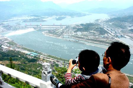 图文:游客在远眺三峡大坝