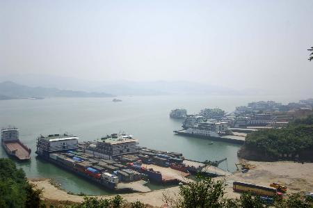 图文:货轮在货运码头装载各种大型货车