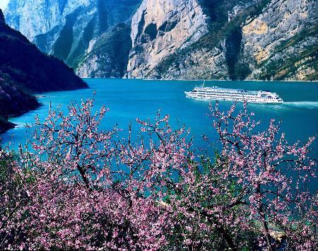 图文:客轮在湖北省秭归县境内的西陵峡航行