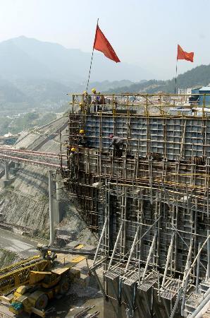 图文:工人在三峡大坝混凝土浇筑仓备仓施工
