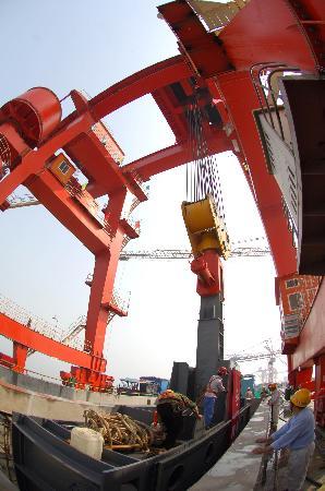 图文:三峡大坝最后一套挡水闸门吊装完工