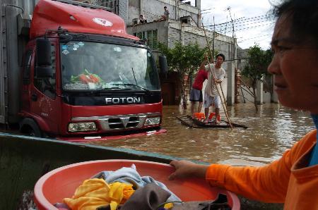 图文:居民在汕头市潮阳区谷饶镇撑着小筏出行