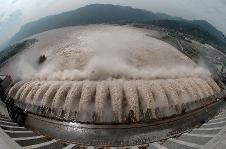 资料图片:三峡大坝泄洪闸打开泄洪