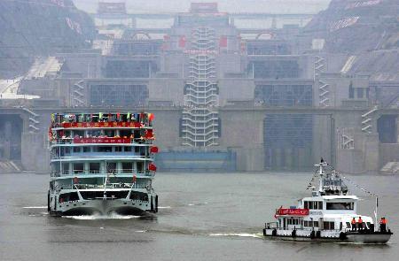图文:三峡永久船闸试通航取得成功
