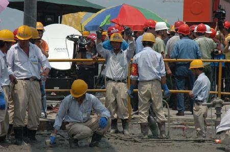 图文:施工人员测量混凝土温度
