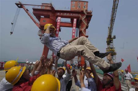图文:工人们热烈庆祝三峡大坝建成