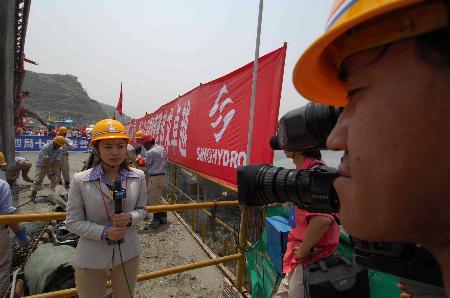图文:记者报道三峡大坝全线建成