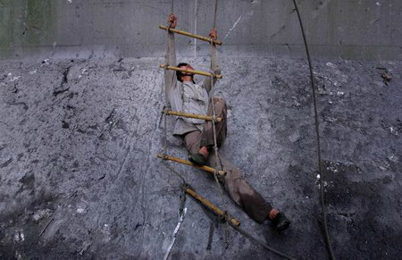 图文:工人在高空攀爬软梯动作犹如舞蹈般巧妙