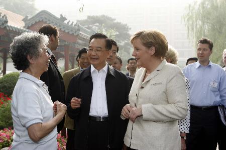 图文:温家宝陪同默克尔到北京菖蒲河公园散步