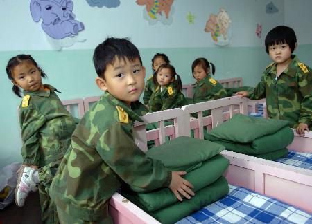 5月24日,八一幼儿园的小朋友在练叠被子.