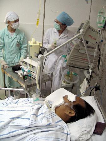 图文:假药受害者在医院里接受治疗