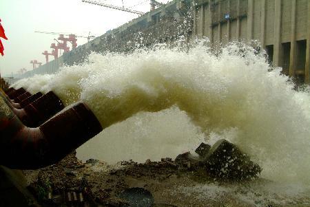 图文:江水通过虹吸管进入三峡工程三期上游基坑