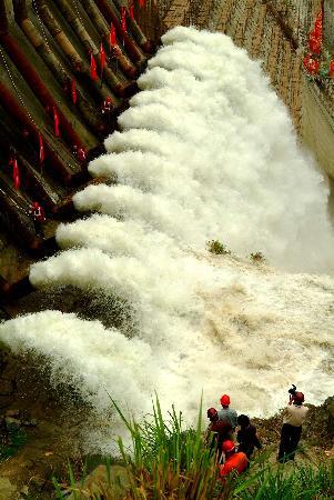 图文:江水进入三峡工程三期上游基坑