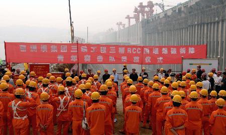 图文:易普力公司青年突击队员在现场宣誓