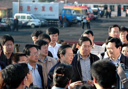 图文:李毅中听取抢险人员介绍现场情况