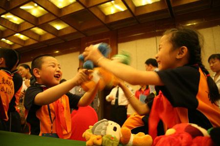 组图:北京市委副书记为英烈子女送儿童节礼物